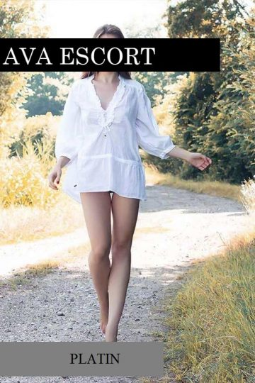 Escort Madeleine Nürnberg weißes Hemd sexy