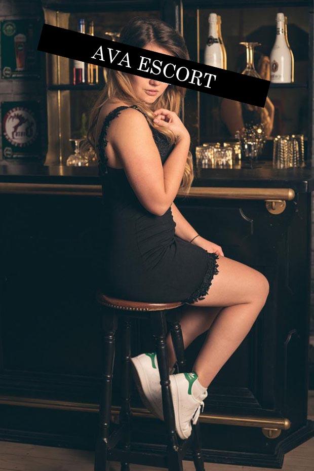 Escort Dortmund Svenja sexy an der Bar